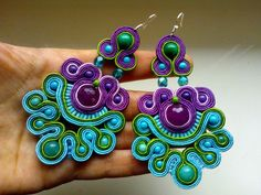 love the colors in these soutache earrings! Tutorial Soutache, Beaded Jewelry, Handmade Jewelry, Ideas Joyería, Soutache Necklace, Passementerie, Polymer Clay Earrings, Beads And Wire, Beaded Embroidery