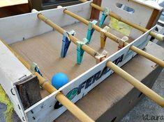 Découvrez comment faire un babyfoot avec de la récup et un garage voitures en carton pour les enfants. Deux idées récup et bricolage pas cher.. Voilà une idée sympa et qui coûte rien à fabriquer. Les enfants vont adorer participer à la création de ce babyfoot fait maison, simple et rapide...