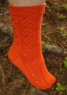 Aallonmurtaja ('breakwater') is a basic cuff down sock pattern with an easy lace section flowing down the side and all the way through the anatomical toe. Knitting Patterns Free, Free Knitting, Knitting Socks, Free Pattern, Crochet Patterns, Knit Socks, Knitted Slippers, Knit Mittens, Yarn Colors