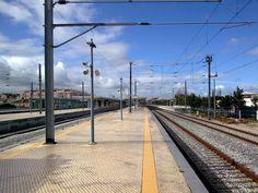 Discover the world through photos. Train Stations, Locomotive, Railroad Tracks, Platforms, Trains, Community, World, Locs, Train