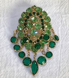 VINTAGE BROOCH OVAL GREEN RHINESTONES EMERALD GREEN GLASS DANGLES GOLD TONE #Unbranded