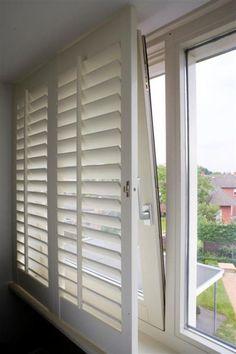 Raambekleding: speciale shutters voor de badkamer. Zo geplaatst dat het kiepraam open kan staan.