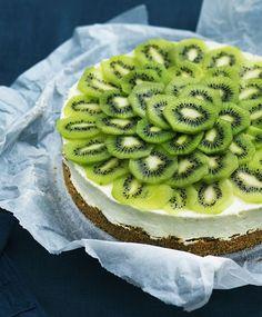 Denne cheesecake er utrolig dekorativ, og så smager den himmelsk! Prøv den cremede cheesecake i smukke frugtklæder.