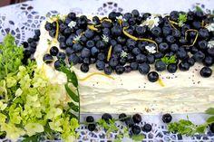 Tässä tulee kesän ehdottomasti paras kakku! Sitruunainen kesäkurpitsakakku, joka on odotellut testausta jo hyvän aikaa. Inspiraation ja pohjan kakulle tarjosi Master Chef Australiasta tuttu Georgia…