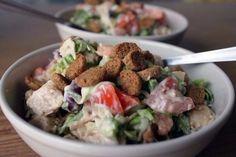 Сытный салат с куриной грудкой #салаты@just__cook  Ингредиенты на 6-8 порций:  Помидор — 2-3 шт. Куриная грудка — 500 г Сыр твердых сортов — 150 г Красная фасоль — одна банка Зеленый салат Сухарики Для заправки можно взять легкий майонез или сметану