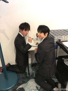 Catching Yuzu & Shoma sharing food