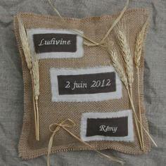 Coussin d'alliance en toile de jute mariage campagne étiquettes brodées décor épis de blé