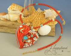 Corazón bordado hecho con cintas de Shibori, componentes Swarovski originales, esmaltado en metal, cadena de strass, plata... y más Collar hecho con