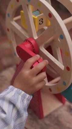 ¡Qué vistas tan magníficas desde arriba de la Noria! Preciosa Noria de madera con la que disfrutaran girando la manivela y mover la estructura. Incluye 3 animales de madera para poder hacerlos sentar cada uno en su asiento dentro la noria. Solid Wood, Childhood Toys, Ferris Wheel, Wooden Animals