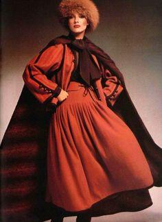 Dans les Années 70, Yves Saint Laurent Rendra Hommage à la Russie en s'Inspirant de leurs Vêtements.
