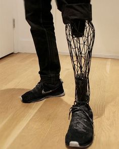 This is a picture of a man wearing a futuristic looking prosthetic leg! What you may not know is this was printed by a printer! Currently, the medical industry is working on making prosthetics that are manufactured by printers! Impression 3d, Prosthetic Leg, High Fashion Men, 3d Modelle, Futuristic Technology, Technology Gadgets, Medical Technology, Wearable Technology, Energy Technology