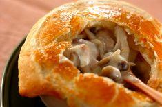 キノコのエキスたっぷりのシチューをサクサクのパイと一緒にどうぞ。キノコたっぷりポットパイ[洋食/シチュー・スープ]2017.10.23公開のレシピです。