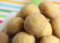 1 Em uma batedeira, bata o açúcar refinado UNIÃO, as gemas cozidas, a manteiga e o conhaque até obter um creme homogêneo.