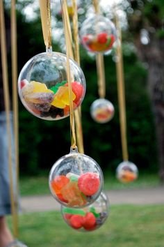 Fill clear plastic balls with sweets and treats to make a colourful Christmas tree ornament decoration.- You could fill them with sprinkles too! Budget Wedding Favours, Creative Wedding Favors, Unique Wedding Favors, Wedding Gifts, Christmas Wedding Favours, Colorful Christmas Tree, Christmas Tree Ornaments, Christmas Decorations, Fiestas Party