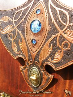 Made this leather shoulderbag, ofcourse with my own design and glass bead eyes! Made of natural tanned leather, Italian silverglass and handtooled by Jeweleeches Vivian Hebing! Do you want to see more of my work, you can find me on Facebook, Youtube or Etsy too! On Youtube you can see my tutorial video's!