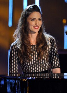 Sara Bareilles. Love this girl!!!! Want to see her in concert!  ♥♥♥