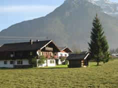 Kreativappartements Bindlehen am smaragdgrünen Pillersee in Tirol... Dort, hinter den sieben Bergen, bei den sieben Zwergen liest es sich am Kachelofen oder im Lesegarten, unter der Linde oder beim Bienenhaus (Bienen sind außer Haus) besonders gemütlich!