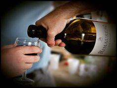 Verser et déguster un bon vin.   18 moments de bouffe qui font kiffer tous les Français
