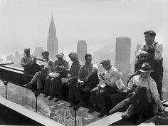 At hundreds of feet above the bustling streets of New York City there's not just work, there's also rest. A construction worker relaxes during his lunch break on top of the RCA Building at Rockefeller Center on Sept. Famous Pictures, Old Pictures, Old Photos, Rockefeller Center, Lewis Wickes Hine, Vintage Workwear, Lunch Atop A Skyscraper, Margaret Bourke White, Steel Beams