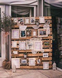 Um mural rústico com caixotes ou pallets fica lindo e é bem econômico! Você pode colocar fotos do casal durante o relacionamento e alguns bilhetes fofos com trechos de músicas ou algo que represente vocês.❤️#casamento #wedding #palets #caixote #rústico #casamentorústico #weddingrustic #mural #vintage #vintagewedding #ceub #casaréumbarato