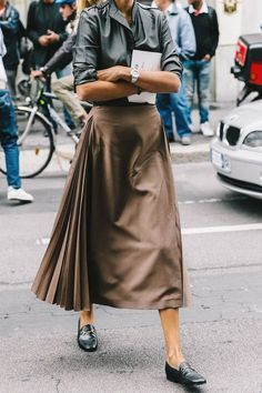Midi skirt with side pleats street chic, street look, looks street style, s Fashion Mode, Look Fashion, Street Fashion, Winter Fashion, Fashion Outfits, Womens Fashion, Net Fashion, Milan Fashion, Office Fashion