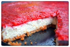 Tasty Health: Nyttig proteincheesecake med jordgubb- och chiafrötopping  Näringsvärde per bit (av 10 bitar): 159 kcal 12g protein 5g kolhydrater 10g fett