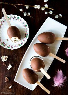 Suklaamunia voi hyödyntää pääsiäistarjoiluissa täyttämällä ne herkullisella moussella. Jäädyttämällä täytteen pakastimessa munat muuntuvat suklaakuorrutetuiksi tikkujäätelöiksi. Voit tehdä jäätelömassan itse tai yhtä hyvin käyttää valmista jäätelöä. Esimerkiksi tavallista vaniljajäätelöä voi tuunata sekoittamalla joukkoon suklaarakeita tai karkkirouhetta. Ota jäätelö pakastimesta ja anna pehmitä sen verran, että saat sekoitettua siitä notkean massan. Täytä sitten samaan tapaan kuin tässä […]