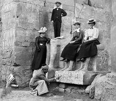 لقطه تذكاريه لسياح أجانب مع الترجمان المصرى الذى يوضح لهم شرح وتفاصيل الكتابات الفرعونيه بمعبد بالأقصر عام 1900 Reem