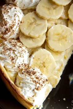 Pi encounters an orangutan floating in the water on a bundle of bananas. Use those bananas to make a banana cream pie! Just Desserts, Dessert Recipes, Lemon Desserts, Pie Dessert, Doce Banana, Kolaci I Torte, Gula, Banana Cream, Mets