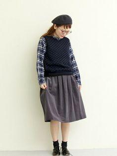 ミモレ丈のスカートは、年齢問わず履ける定番スカート。厚手のニットベストは、今すぐ着れるあったかアイテムですね。