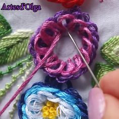 Bordado: Puntada Festón en Bucle In this video I show you how to embroider the festoon stitch in loop. Hand Embroidery Patterns Flowers, Basic Embroidery Stitches, Hand Embroidery Videos, Embroidery Stitches Tutorial, Hand Work Embroidery, Embroidery Flowers Pattern, Creative Embroidery, Learn Embroidery, Simple Embroidery