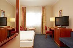 Blick in ein Komfort-Doppelzimmer von der Tür aus - H+ Hotel Lampertheim