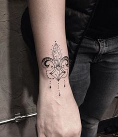 • Flor de lis • ⚜  Para orçamentos ou agendamentos, apenas pessoalmente.  New Tattoo You Av. Dr Cardoso de Melo, 320 Vila Olimpia - São Paulo  Fone:(11)3044-0442 #astattooistas #tattooyou #eletricink #inspirationtattoo #tattoo2me #tattoocomamor #pinkbecker