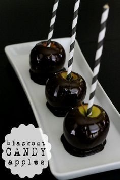 Blackout Candy Apples - such a fun and spooky way to jazz up apples for Halloween! Blackout Candy Apples - the perfect fall and Halloween treat! Halloween Fruit, Halloween Punch, Halloween Goodies, Halloween Food For Party, Halloween Cupcakes, Halloween Treats, Halloween Dishes, Halloween Appetizers, Holiday Treats