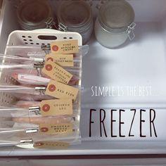 冷凍庫の収納です♥︎∗*゚  冷凍食品はあまり買わないうちです!  買った魚や肉、冷凍すると栄養価があがるものなどなどを  小分けにする→ラップする→ナイロンに入れる→Ziplocに入れる→急速冷凍する→そしてここに移動  とか言って、野菜とかキノコとかすぐに使うことが多いので あんまり冷凍しません(笑) ↑面倒なので(笑)  上に引き出しが二つ付いていますが そちらは、一つは開けたままに (なにかものが増えた時にすぐに入れられるように) もう一つは氷枕や保冷剤をファイルケースに入れて収納しています♡♡