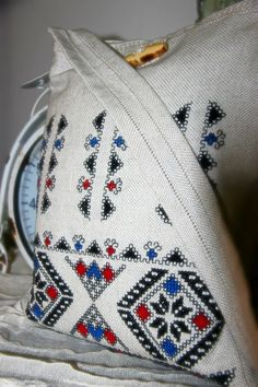 Handmade embroidery coming from Romania! Tote Bags Handmade, Handmade Gifts, Gift Bags, Projects To Try, Costume, Throw Pillows, Embroidery, Traditional, Chic