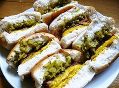 Hoe stoer zijn deze vegan hotdogs? Het 'worstje' is gewoon een gemarineerde wortel. Fop je man, familie en kinderen met deze lekkere vegan hotdogs.