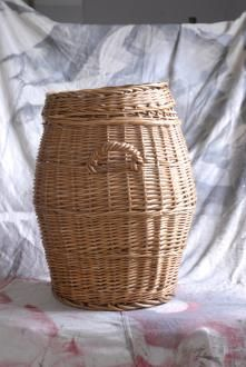 How-to spray paint a wicker basket Rustoleum Spray Paint www. Spray Paint Furniture, Wicker Furniture, Painted Furniture, Diy Arts And Crafts, Diy Craft Projects, Rustoleum Spray Paint, Spray Painting, Painting Tips, Diy For Girls