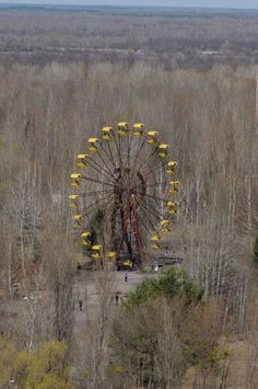 A Ferris wheel sits abandoned in the ghost town of Pripyat near the Chernobyl nuclear power plant. The area has been uninhabited since the nuclear disaster at the Ukraine plant in Abandoned Theme Parks, Abandoned Cities, Abandoned Amusement Parks, Abandoned Mansions, Abandoned Houses, Old Houses, Places Around The World, Around The Worlds, Los Angeles Zoo