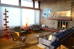Sala de estar da casa usoniana de 1949, por um aprendiz sênior de Frank Lloyd Wright. Projetada por Edgar Tafel (1912-2011), para L.H. Hamilton, em Racine, Wisconsin, USA. Fotografia: Joshua Drew e Charles Hinderliter.