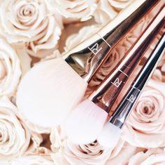 Die Pinsel von Real Techniques begleiten mich schon lange 👌🏼 ich mag deren Qualität und wie schön ist bitte die Optik dieser Kollektion? 😍 www.bibifashionable.at 📱💻📄 #bibifashionable #werbung #prsample #realtechniques #metallic #makeupbrushes #fluffy #flatlay