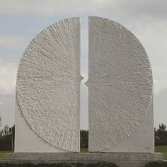 Marianne van den Heuvel maakte beelden op diverse sculpture symposia in het buitenland: Cuba, Colombia, China (3 x) en België. Veel buitenlandse exposities.