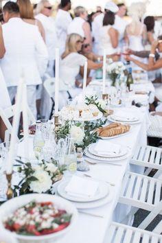 So schön kann die All White Party Tafel aussehen.