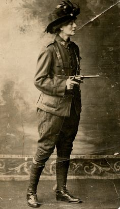 Irish revolutionary Constance Markievicz in 1915 three years before becoming the first woman elected to British Parliament. Ireland Facts, Ireland 1916, Irish Independence, Irish Republican Army, Easter Rising, Images Of Ireland, Irish Fashion, Cool Poses, War Photography