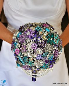 Every bride holds a bouquet, and it's a very important thing that helps to complete your bridal look. If you are looking for something special, go for a brooch bouquet. If you love bling this is the brooch bouquet for you. Bouquet Bride, Wedding Brooch Bouquets, Bling Bouquet, Button Bouquet, Bouquet Toss, Diy Bouquet, Broschen Bouquets, Floral Bouquets, Flower Boquet