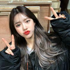 ミ ミ ⇡ 𝚖 𝚒 𝚒 𝚛 𝚒 𝚊 𝚊 美 korean girl, korean hair color, ulzzang girl. Kpop Hair Color, Korean Hair Color, Hair Korean Style, Pelo Emo, Hair Color Streaks, Underlights Hair, Aesthetic Hair, Dye My Hair, Ombre Hair