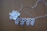 Good morning everybody, one of my friends asked me the patterns of my tatting flowers, this post is for her. Tatting Necklace, Tatting Jewelry, Tatting Lace, Tatting Patterns Free, Shuttle Tatting Patterns, Crochet Patterns, Needle Tatting Tutorial, Flower Tat, Lace Making