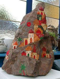 Rustikaler Eifelstein bemalt mit orientalischen Häusern. Der Stein ist zu besichtigen in unserem Atelier am Calmont