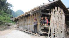 Les enfants accueillent tout l'équipe d'Asiatica à l'entrée du village