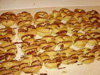 Karamelové věnečky Hot Dogs, Cookies, Ethnic Recipes, Desserts, Food, Crack Crackers, Tailgate Desserts, Deserts, Biscuits